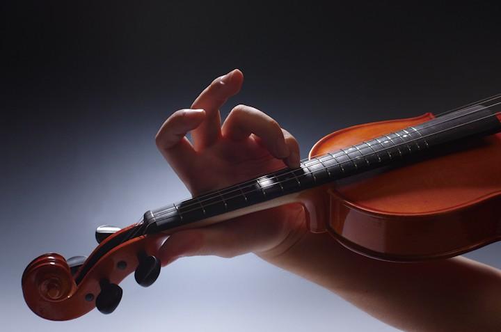 エルデ楽器のフレットバイオリンを使った「弦楽師体験ゲーム バイオリニスタ」